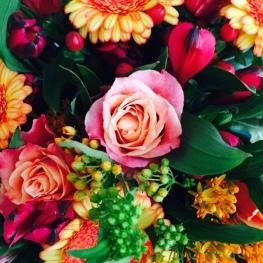 ein wild gemischter Blumenstrauß