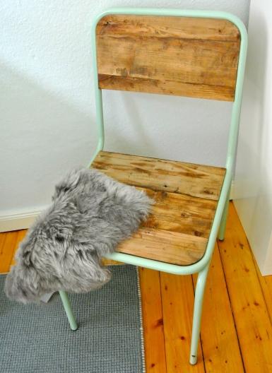 Stuhl des Labels 'Nordal' und ein Fell von Cosy Living in Minden